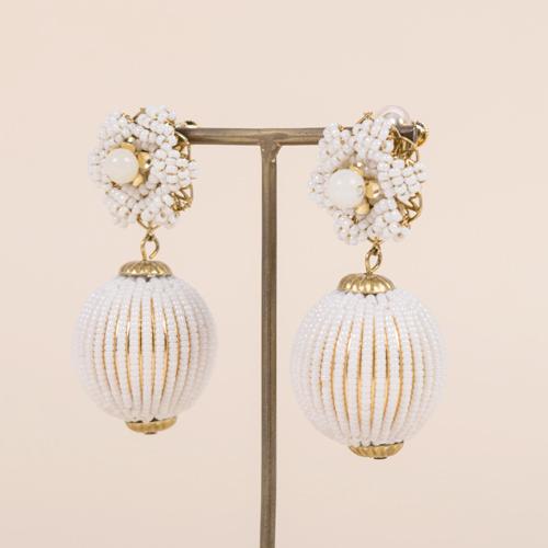 日本製の極小ビーズを使用したボール玉は、約2,000粒を糸に通してから真鍮玉に手作業で貼り付ける手の凝ったアイテムです