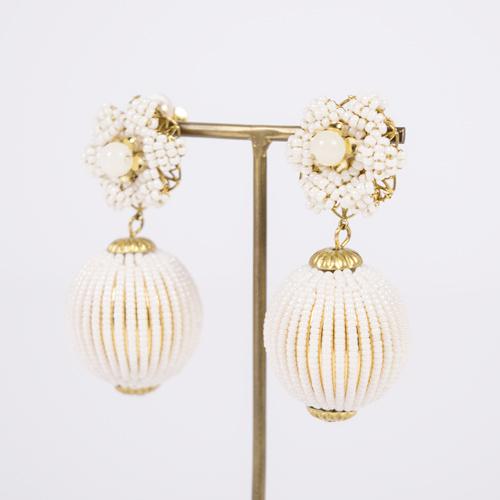 アンティーク風なゴールド×ホワイトの組み合わせが絶妙に可愛い大ぶりイヤリング