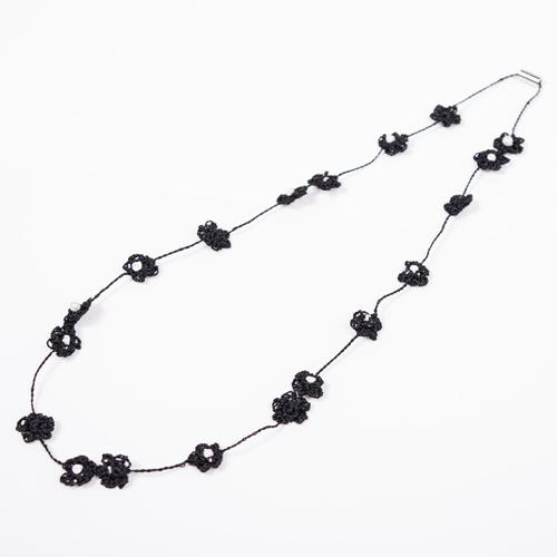 パールがついた刺繍のお花が連なったネックレス
