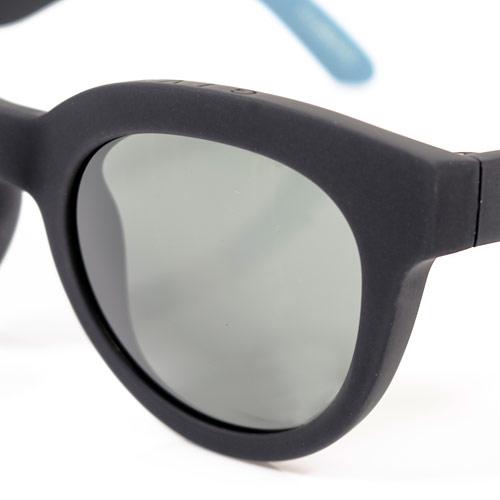 レンズは衝撃に強く軽量なので、着け心地も快適です