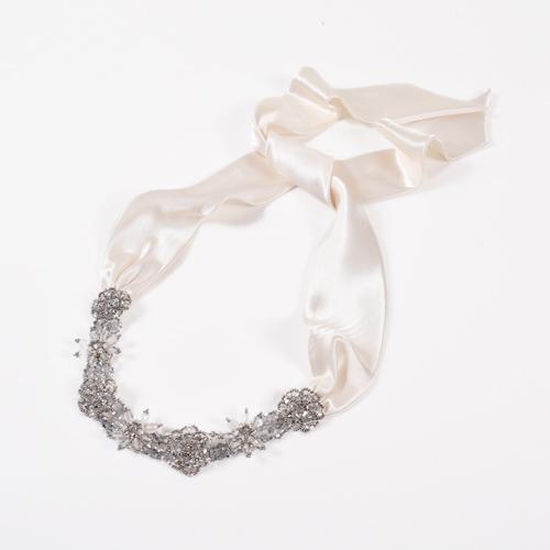 大ぶりなクリスタルとビジューが華やかに輝くヘッドドレス