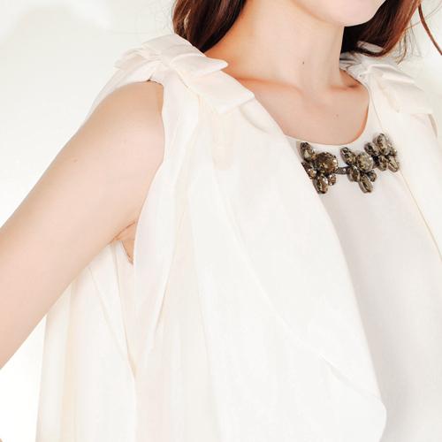 袖口の美しいドレープが動く度に揺れ、女性らしいやわらかな印象を作ります◎