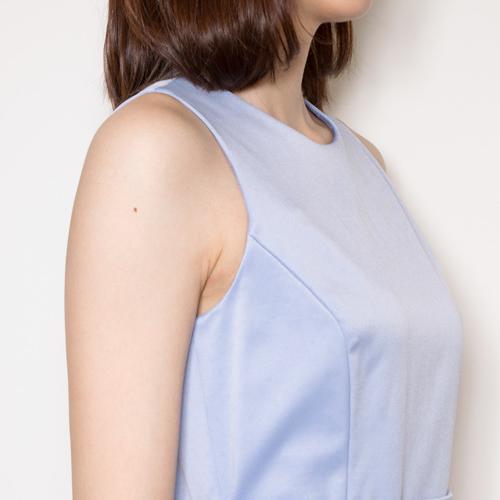 肉厚で伸縮性に優れた二重織りサテンを使用し、ボリューム感と重みを出しました