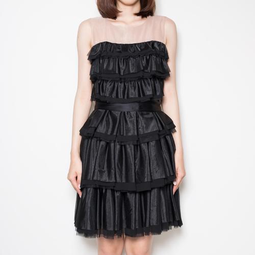 甘すぎない大人の可憐さを演出するドレス