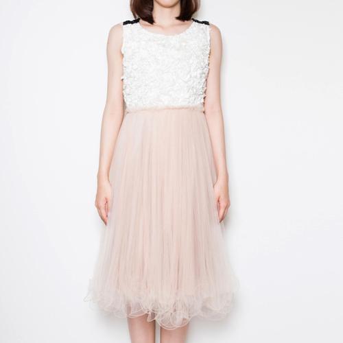 シフォンとチュールの組み合わせが華やかな、ミモレ丈ドレス。