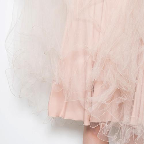 裾にテグスを入れる事で、立体的で動きのある女性らしいデザインになっています