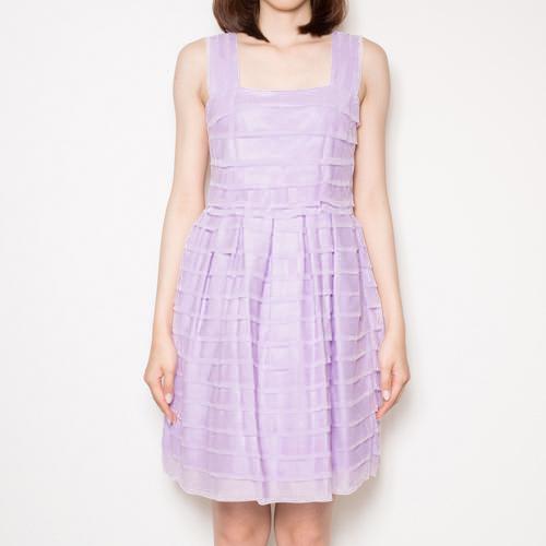 フリルを重ねたティアードシルエットが愛らしい印象のドレス