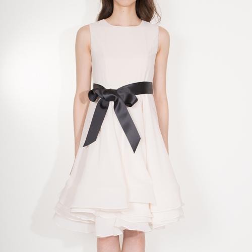 ボリューミーなスカートがゴージャスなサテンドレス