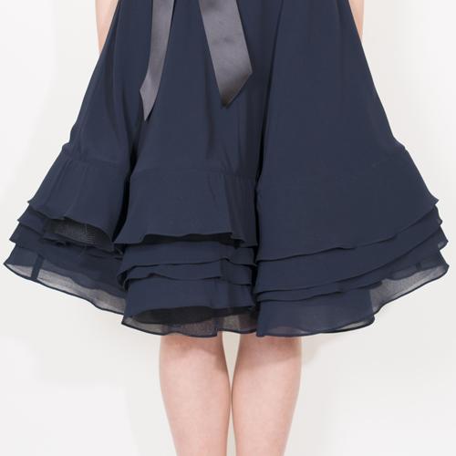 スカートの裾にはホースヘアーを入れているので、ボリューム感があり動く度に軽やかに揺れるデザインです