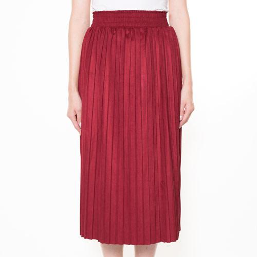 今季も注目度の高い、フェイクスエードで仕立てたプリーツスカート