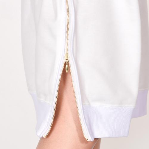 裾は両サイドにファスナーがあり、ZIPを開けたり、閉めたり、シルエットの変化が楽しめます