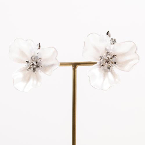 大ぶりな花パーツを用いたイヤリング