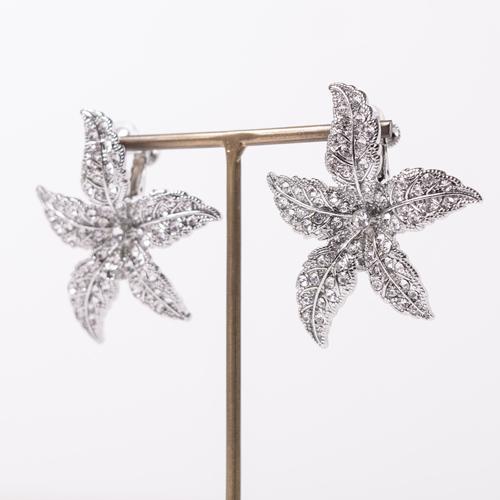 イヤリングの金具が花の上方に付いているため、装着した時に浮いているような感じに見えます