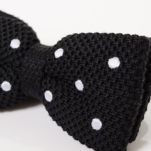 糸選びからこだわり、編まれた上にドット刺繍を施し、蝶タイの形に仕上げています