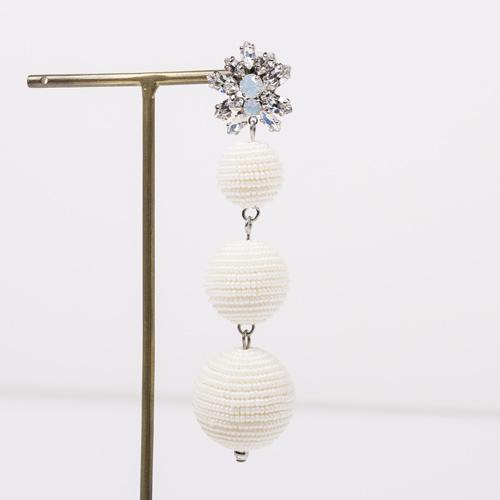 日本製の極小ビーズを使用したボール玉は、ビーズを糸に通し、玉に巻きながらのり付けするので、とても時間も手間もかかる商品。職人の技が光るアイテムです