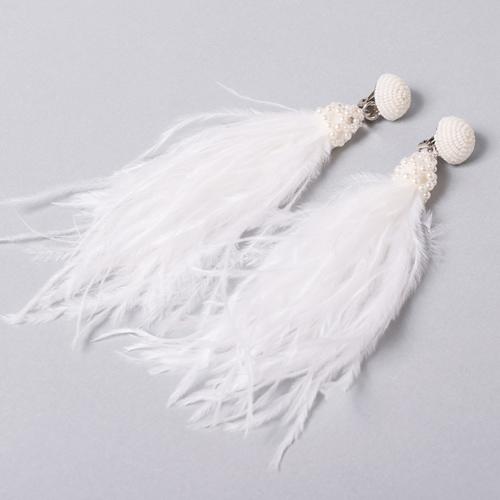 オーストリッチの羽をふんだんに使用したイヤリング