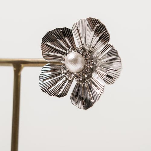 メタルのフラワーパーツは、ヴィンテージ感があるものを選び組み合わせて作成しています