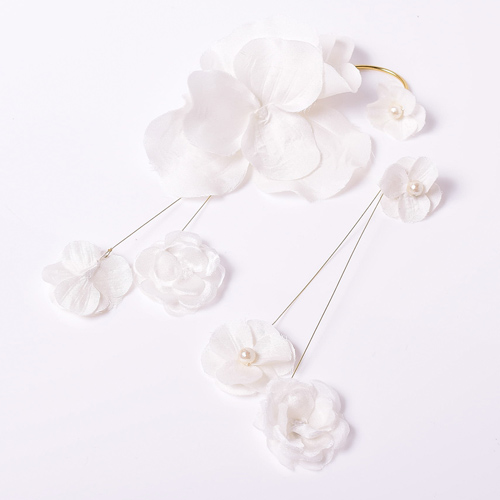 シルク混の素材を使用したフラワーコサージュから作成したイヤリング
