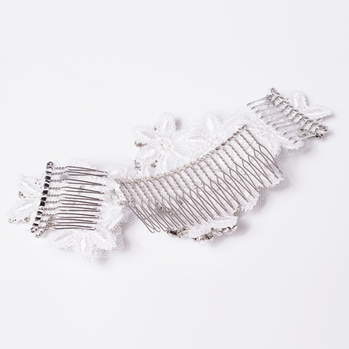 長めのコームブラシで髪にしっかり付けることができます