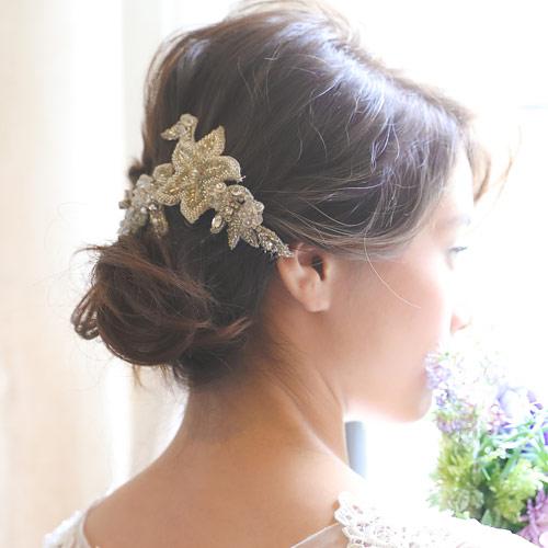 ビジューと刺繍の繊細なモチーフがエレガントなヘッドドレス