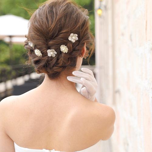 パールとメタルのフラワーモチーフがアンティーク調の輝きを放つ、Uピンタイプのヘッドドレス