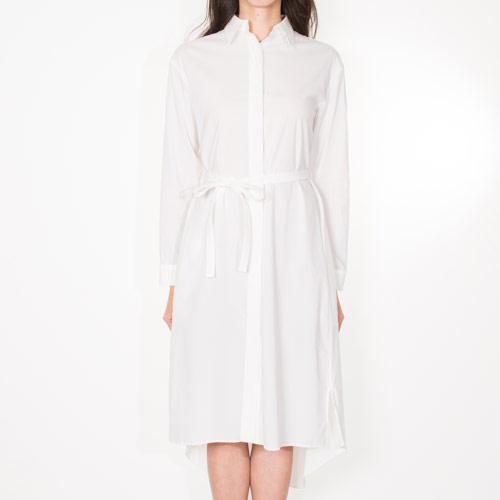 シンプルながら、ヘムカットがモードな印象のシャツワンピース