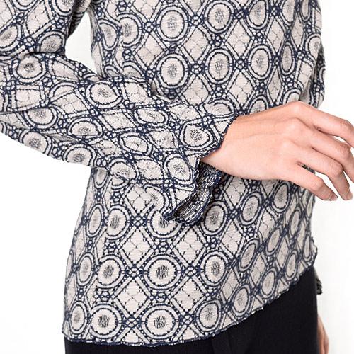 袖口のシャーリングにはゴムが入っているので、たくし上げるとパフスリーブシルエットになり可愛く着られます