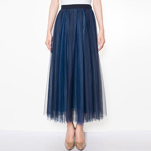カラーが異なるチュールを贅沢に2枚重ねた、ニュアンシーなロングスカート
