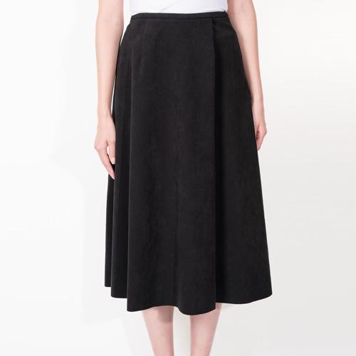 たっぷりとしたフレアで上品に仕上げたミドル丈スカート
