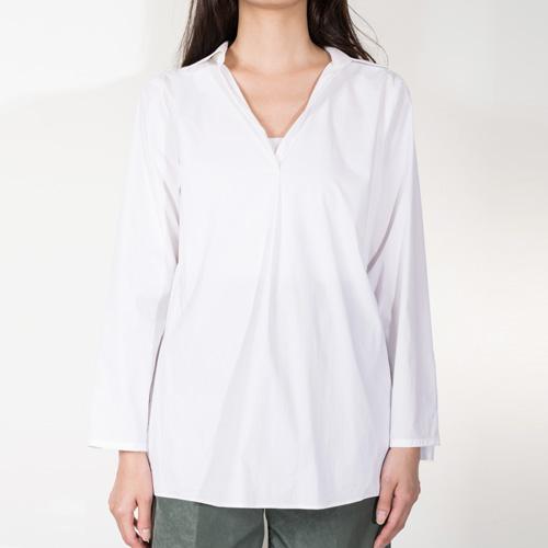 洗練されたデザインで大人のぬけ感を演出するスキッパーシャツ