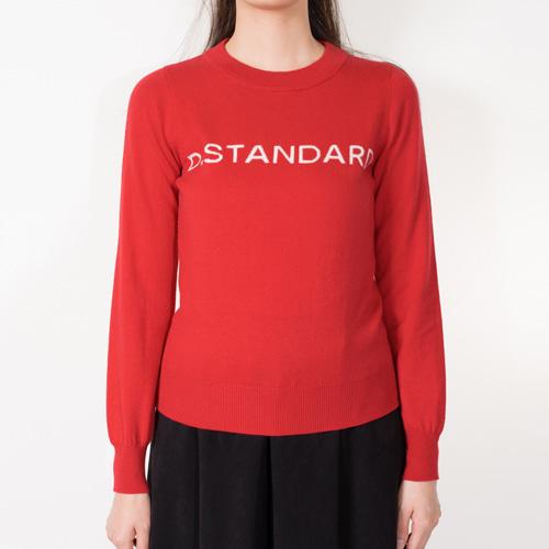今回初めてとなる「D.STANDARD」ロゴが入ったニットトップス