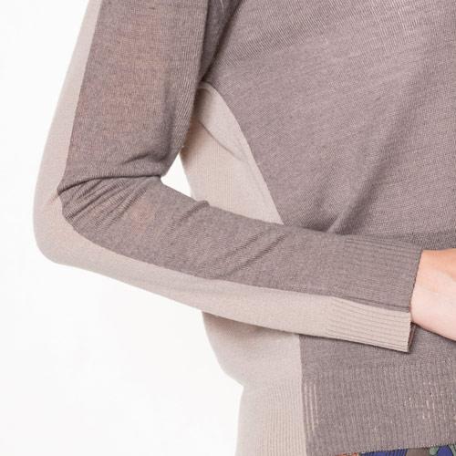 袖は腕に沿う華奢な作りです