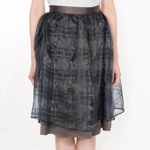 透け感が美しいオーガンジーを重ねたフレアスカート