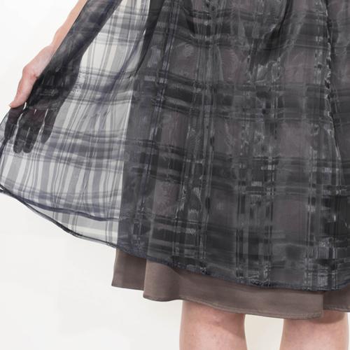 チェックオーガンジーを配色の裏地に重ねることにより、チェック柄が際立ち過ぎず大人っぽいスカートに仕立てました