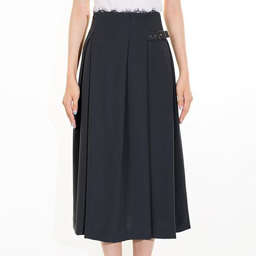 タック使いで上品な秋スタイルが叶うミディ丈スカート