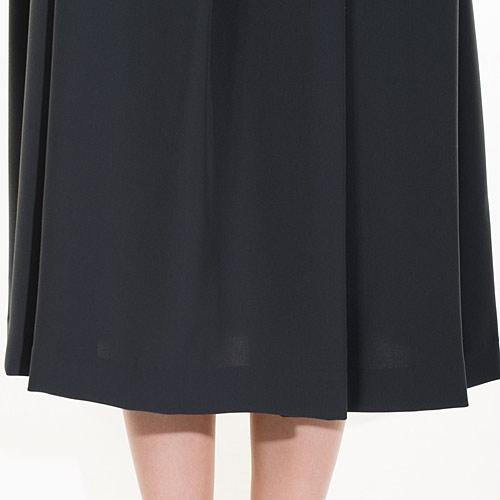 高反発性のある生地で、裾が美しくたなびきます