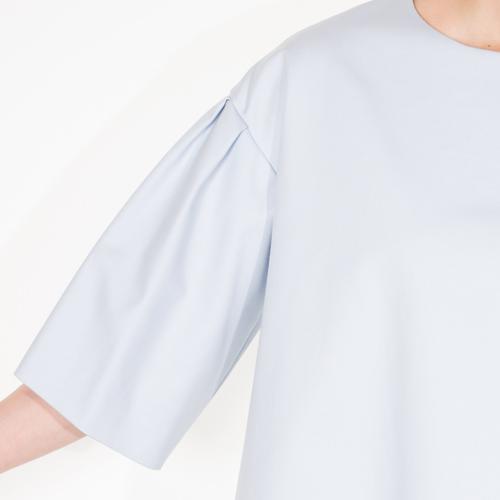 ゆったりめの袖は気になる二の腕を自然にカバーしてくれます