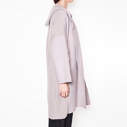 正面からの印象はリバーコートですが、側面や背面はニットコートの印象で、メリハリのある1着です♪