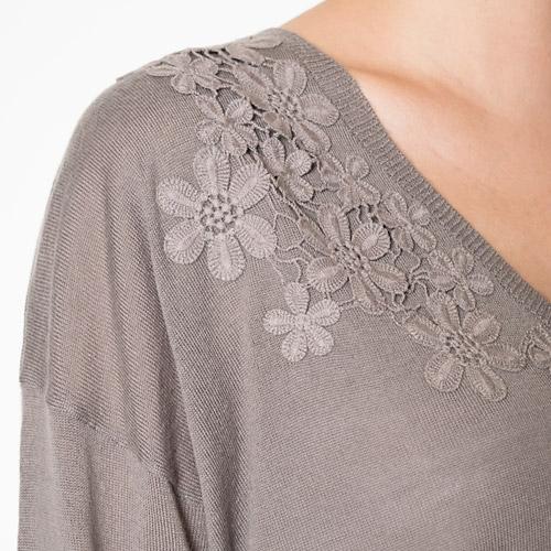 フラワーモチーフは、綿のレースを少しずつ切り離して刺繍したクラフトワークを施した、とても手の込んだ1着です