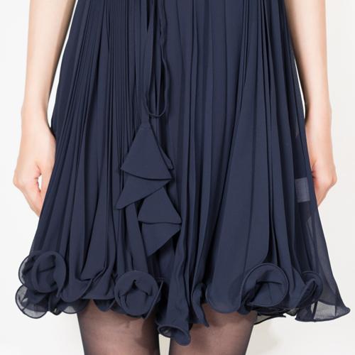 スカートの裾に手グスを入れる事により、動きとボリュームを出したフェミニンな1枚