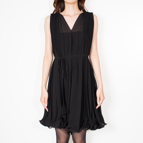 柔らかいシフォン生地を贅沢に使用し、プリーツ加工を施したラグジュアリーなドレス