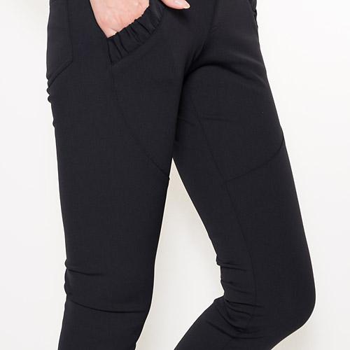 ストレッチに非常に優れており、膝裏の立体的な縫製で動きやすさも抜群です