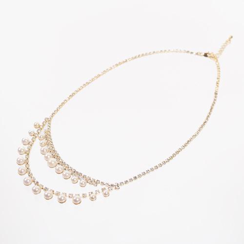 ビジューを配した華奢なラインが胸元を美しく演出するネックレス