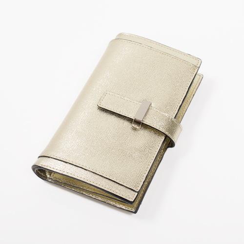 スマートフォンも収納できる牛革のカードケース