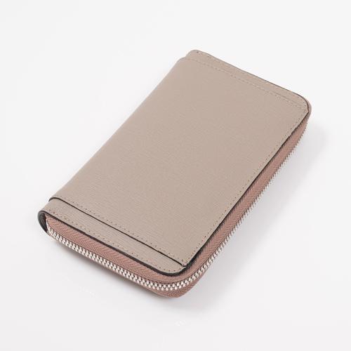 スマートフォンも収納できる牛革のウォレット