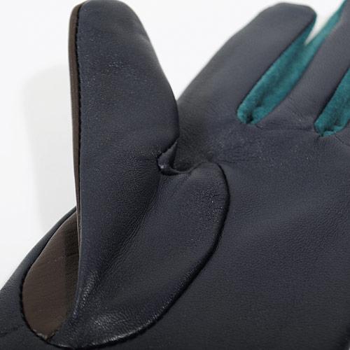 レザーが冷たい風を完全にシャットアウトしてくれ、内側はフリース素材で柔らかくとても暖かです