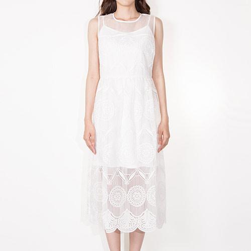 エレガントなオーガンジーレースのロングドレス