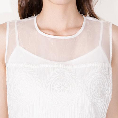 ショルダー部分内側にインナーのスリップドレスが縫い付けられているので、透け感を気にせずご着用頂けます