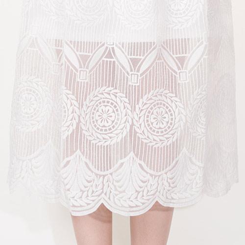 裾のフリル型のフォルムがとても可愛く、細部までこだわったデザインです