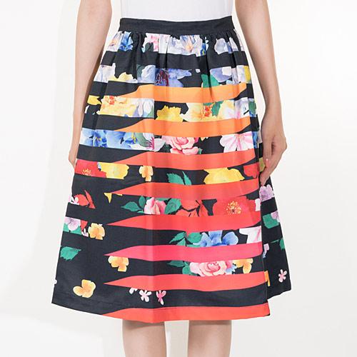 ボーダーとフラワー柄の大胆なプリントが夏らしいスカート